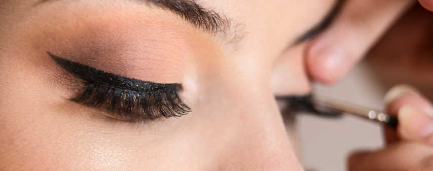 place fake eyelashes
